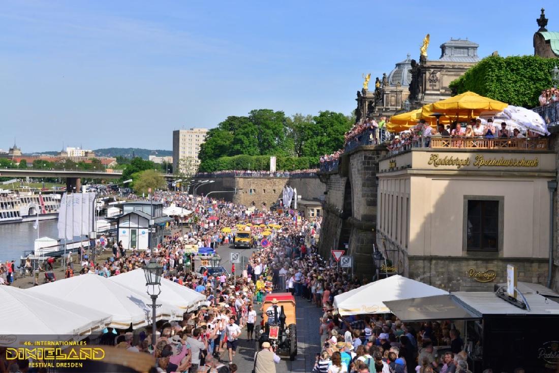 Det store optog på vej mod Altstadt